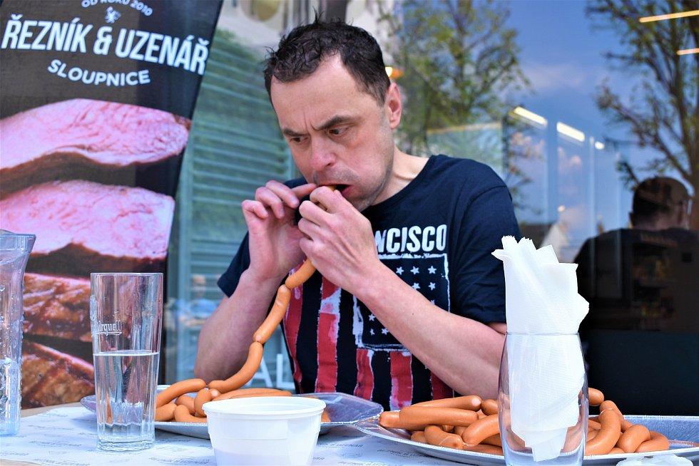 47 párků během pěti minut spořádal maxijedlík Jaroslav Němec v Lanškrouně.