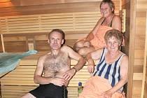Trojice soutěžících Milan Pavliš, Jaroslava Neužilová a Milada Anýžová relaxovali v sauně.