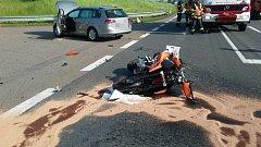 Dopravní nehoda osobního automobilu a motorkáře u Koclířova.