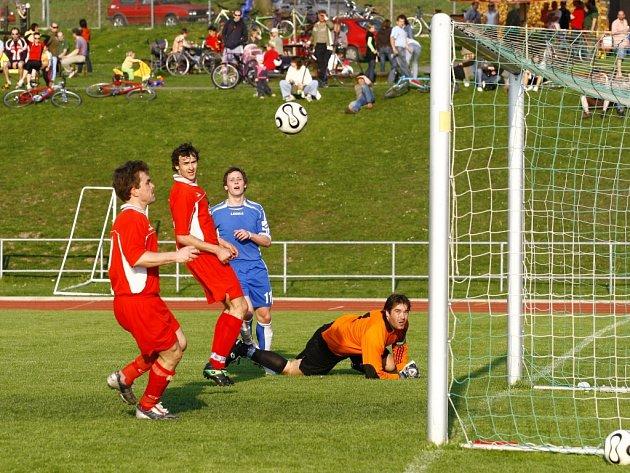 OBRÁNCI A GÓLMAN Dolního Újezdu sledují, kam směřuje míč z kopačky Petra Pavláka (vzadu). V tento okamžik šel těsně vedle, ale litomyšlský útočník a dva jeho spoluhráči se v derby prosadili.