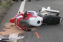 Nehoda motorkáře v Březové nad Svitavou skončila tragicky. Tragédie se odehrála v neděli pozdě odpoledne na hlavní silnici před městem ve směru od Svitav. Mladý motorkář nezvládl silný stroj a vletěl pod osobní automobil. Na místě zemřel.