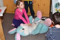 Při společném projektu mateřské školky v Brněnci se zdravotníky ze svitavské nemocnice se děti učí první pomoc. Pacienty jsou jejich plyšáci i panenky.