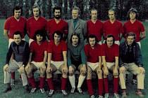 V ROCE 1977 hrál A tým Litomyšle takto – nahoře zleva: Kubeš, Chadima, Foff, vedoucí Blažek, J. Kroulík, R. Kroulík, Šaroun. Dole trenér Vandas, Janoušek, Vodehnal, Holomek, Adamský, B. Kroulík, trenér Moták.