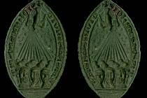 CENNÝ NÁLEZ. Vlevo je zobrazení pečetního obrazu v negativu. Vpravo pak zobrazení pečetního obrazu v pozitivním provedení, vytvářejícím reliéf včetně opisu.
