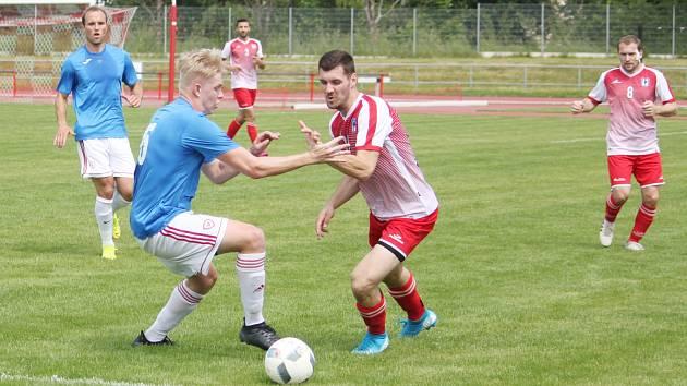 Pro nováčka krajského přeboru z Proseče (na snímku v červeném) nedopadla pohárová generálka podle představ.