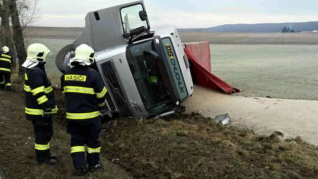 U Jaroslavi na Pardubicku kamion na boku včera zatarasil státovku, až do odpoledne byl průjezdný jen jeden pruh