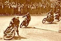 Dramatický okamžik z roku 1949 . Dnes už není známo, zda jezdec Kuchař z Opočna (č. 51) ošemetnou situaci zvládl nebo skončila pádem. Styl jízdy byl tehdy bezesporu pozoruhodný.