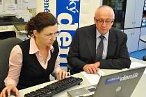 Poslanec Václav Neubauer a webeditorka Svitavského deníku Tereza Dolinová v redakci při on-line rozhovoru.