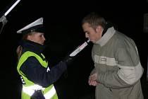 Policisté čekali v pátek na opilé řidiče. Většina z kontrolovaných, stejně jako muž na snímku, před jízdou nepila. Pokuty tak padaly pouze na drobné prohřešky.