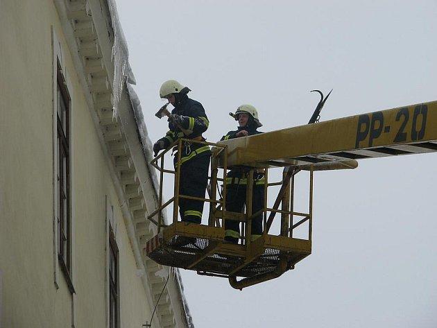 Hasiči likvidují sníh a led ze střech v Moravské Třebové.