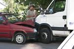 Řidič formana ze Svitav dostal infarkt a naboural do pekařského vozu na ulici Svitavská