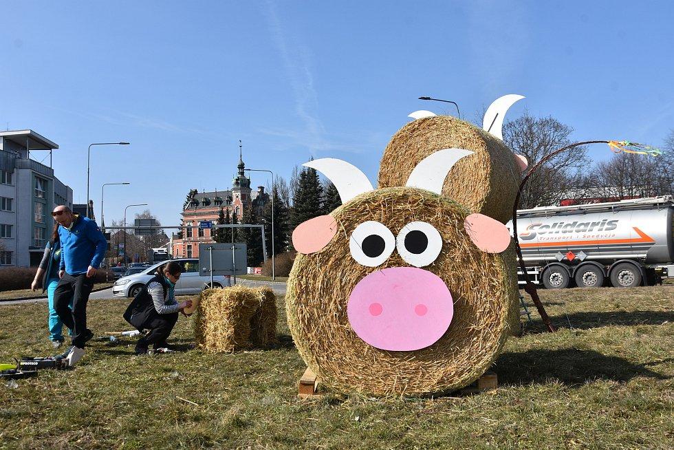 Kruhový objezd v centru Svitav zdobí obří býk, kravka a tele. Na dalších místech ve městě najdou lidé králíky, ovečky nebo čuníky.