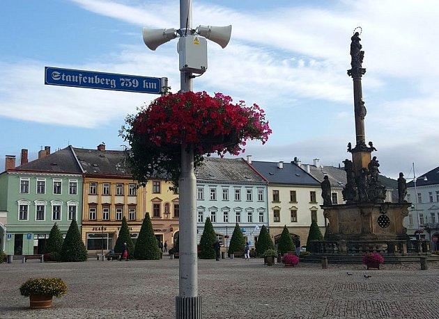 Směrovka na sloupu veřejného osvětlení v Moravské Třebové.