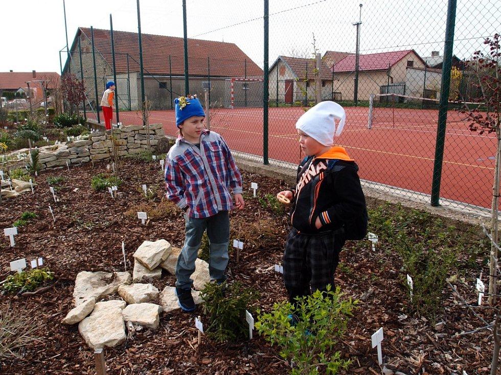 Děti v Morašicích si užily Den Země  a přitom se učily zábavnou formu ve školní zahradě.