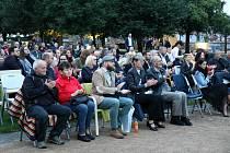 V Klášterních zahradách v Litomyšli se v pátek večer uskutečnila premiéra filmu ATA o monstrprocesu.