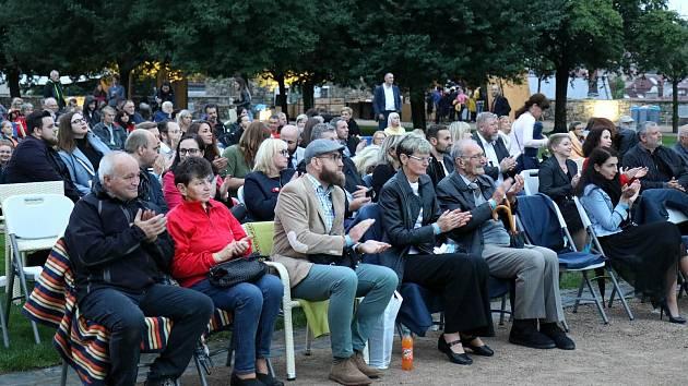 اولین نمایش فیلم ATA درباره یک محاکمه هیولایی جمعه شب در باغ های صومعه در لیتومایسل انجام شد.