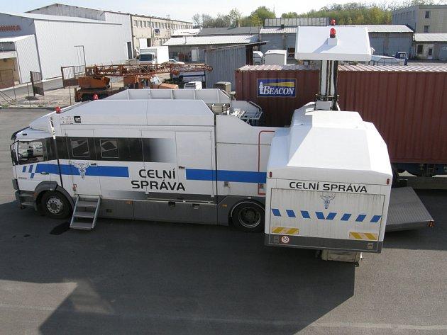 Mobilní rentgen usnadní celníkům kontroly.