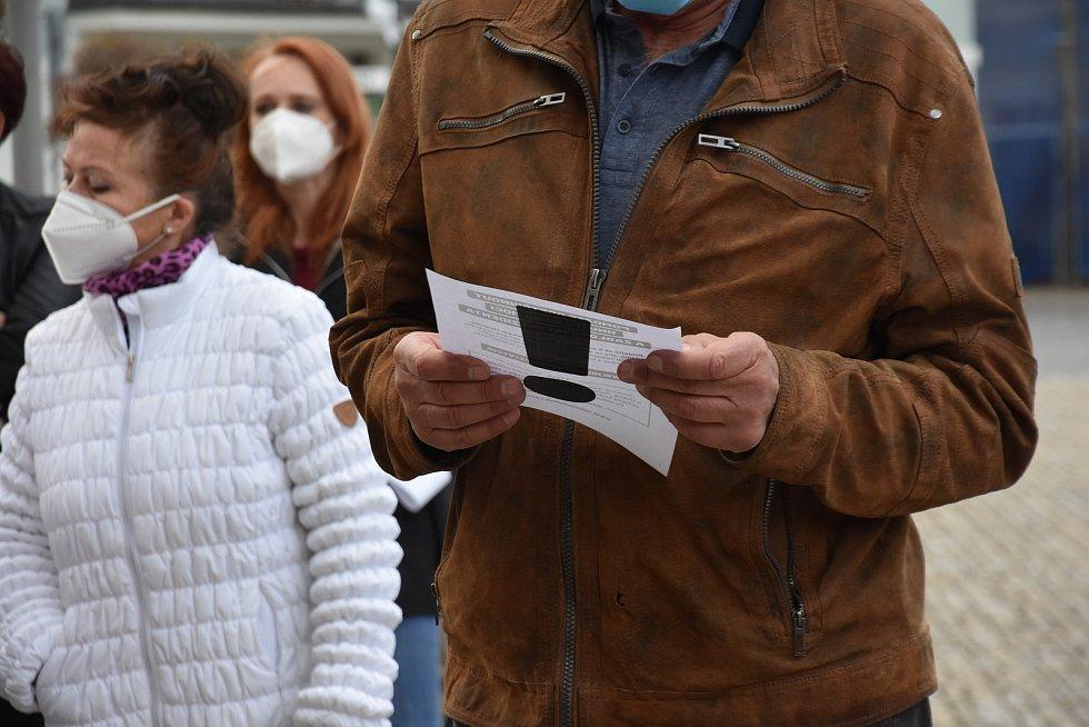 Více než stovka lidí ve čtvrtek navečer demonstrovala na náměstí v Poličce.