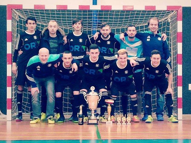 Pohárová kořist. V semifinále i finále podali Šakalové přesvědčivé výkony a zaslouženě se radovali z cenné trofeje.