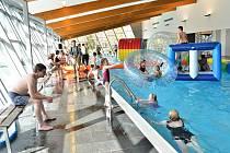 Radovánky na mnoho způsobů. Bazén v Litomyšli se zaplnil příznivci vodních atrakcí. Organizátoři akce si na návštěvnice přichystali i pomlázky.