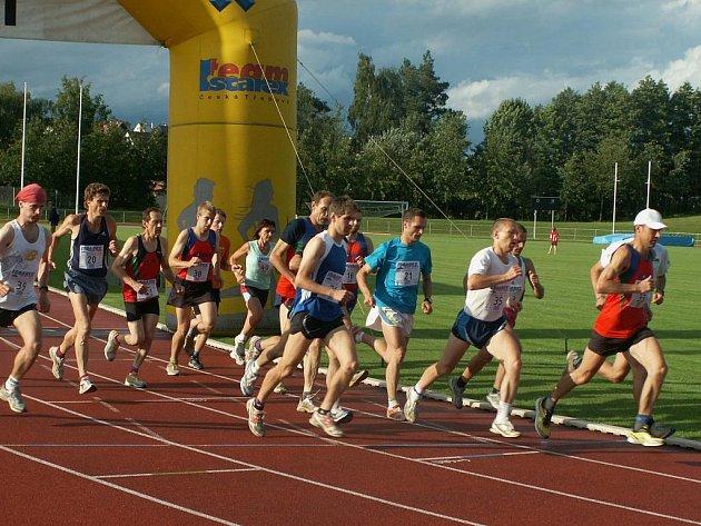 První ročník hodinovky na dráze přilákal na stadion Černá hora čtyři desítky atletů a atletek.
