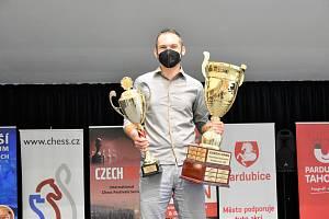 Pod tíhou získaných pohárů se vítěz Vojtěch Zwardoň málem propadal.
