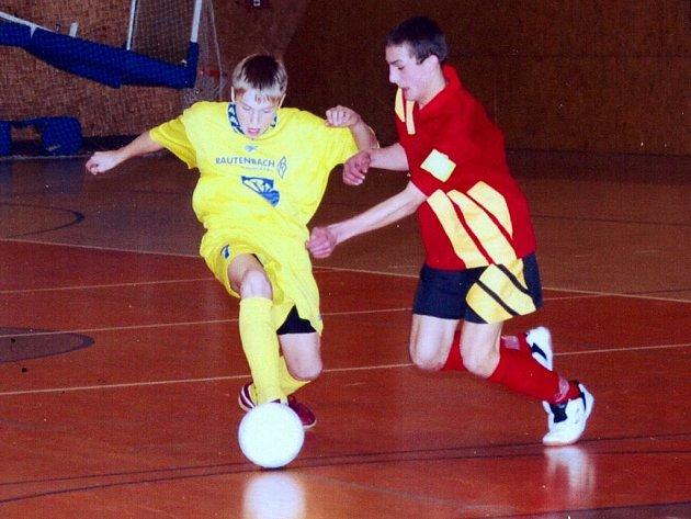 DÍKY VÍTĚZSTVÍ se Žiarem nad Hronom si mladí fotbalisté Poličky (v tmavém) otevřeli cestu k zápasu o třetí místo.