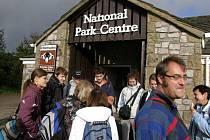 Průvodce Pavel Joneš z Poličky a zároveň náčelník výpravy litomyšlských studentů do severní Anglie na začátku procházky romantickým národním parkem Yorkshire Dales.