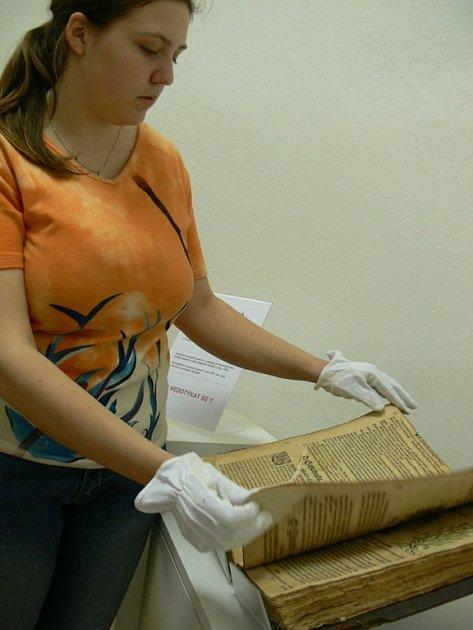 Mathioliho herbář zájemci prohlíží v rukavičkách jako Tereza Bártová.