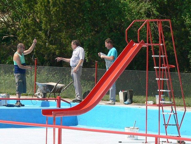 Na koupališti v Cerekvici nad Loučnou opravuje správce  bazén.