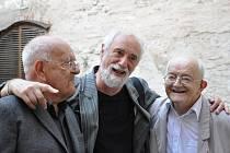 Jiří a Daniel Reynkovi  se  zúčastnili páteční slavnostní vernisáže děl svého otce v zámeckém pivovaru v  Litomyšli.  Setkali se tu i s fotografem  Jindřichem Štreitem.