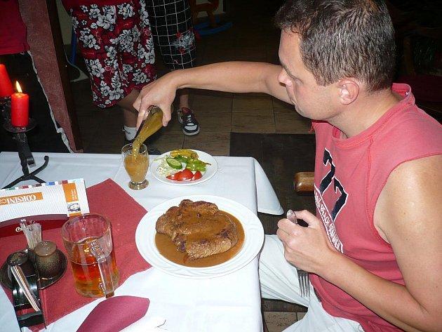 Rekordman snědl kilo steaku za čtvrt hodiny.