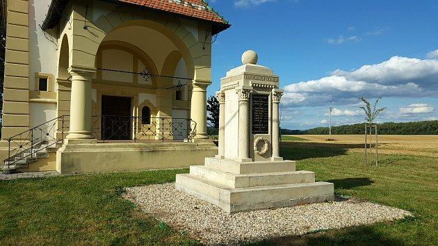 PŘÍKLADEM PÉČE o historickou paměť, včetně té před rokem 1945, je pomník padlým v Radišově.