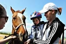 Koně v Janově sedlají už dvouleté děti.