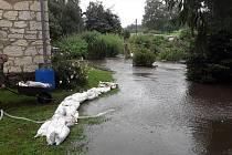 V Bystrém chystali v dešti hráz z pytlů