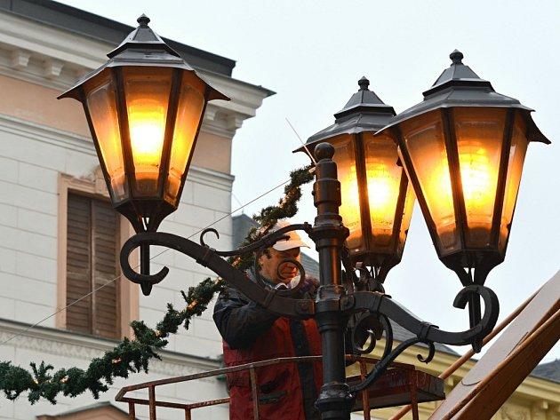 Příprava vánoční výzdoby ve Svitavách.