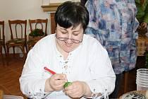 Malérečka Šárka Vávrová z Jaroměřic vyškrabuje na kraslice tradiční borkovanské vzory.