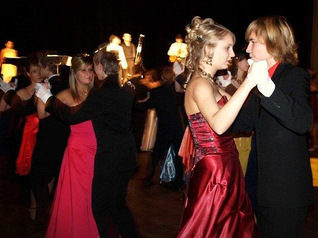 Naposledy se dámy a pánové sešli na parketu. Věneček završil kurz tance a společenské výchovy roku 2008.