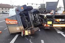 KOLONY A HODINY ucpaná Litomyšl. To byl následek havárie, která se stala ve středu brzy ráno před světelnou křižovatkou v Litomyšli.