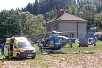 Záchranáři bojují o život chalupáře.