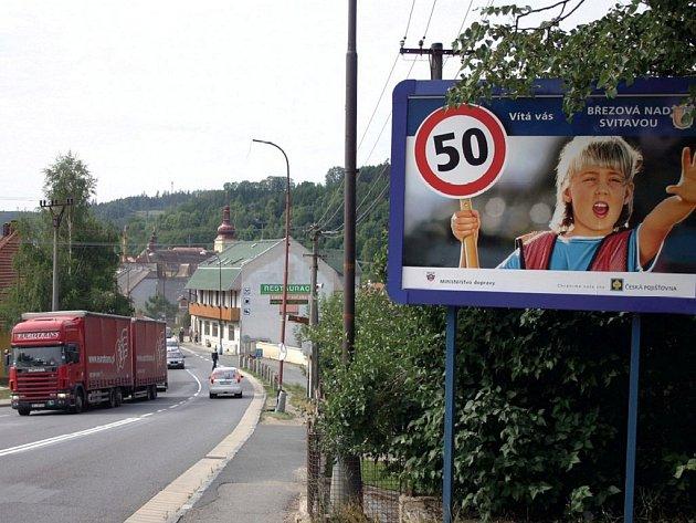 Doprava na tahu do Brna houstne. V Březové n. Svitavou přijímají opatření, aby občany rychlá auta ohrožovala co nejméně.