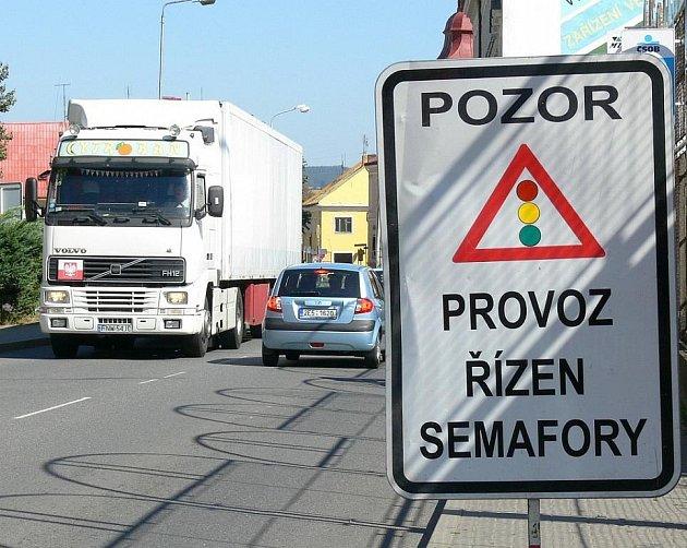 Provoz na objízdné trase přes Moravskou Třebovou řídí na dvou  křižovatkách semafory. Radní si signalizační  zařízení pochvalují a uvažují, že  je na některých křižovatkách po skončení  objížďky  zavedou.