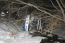 K nehodě linkového autobusu došlo na silnici 365 u Bohuňova v úterý před půlnocí.