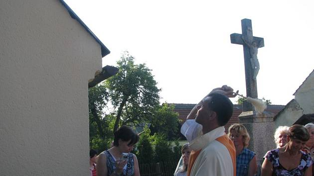 V Novém Dvoře v Jaroměřicích vysvětili v sobotu zvon zasazený do opravené kapličky