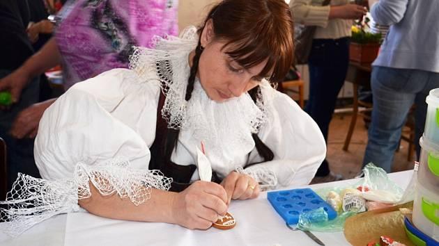 ALENA KOLLMANNOVÁ z Bohuňova peče a zdobí perníčky v nádherném kroji.