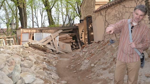 ARCHEOLOGOVÉ objevili v Litomyšli původní stavbu ze šestnáctého století. Pod nánosy hlíny a různých materiálů se uchovala také původní cesta ze stejného období.