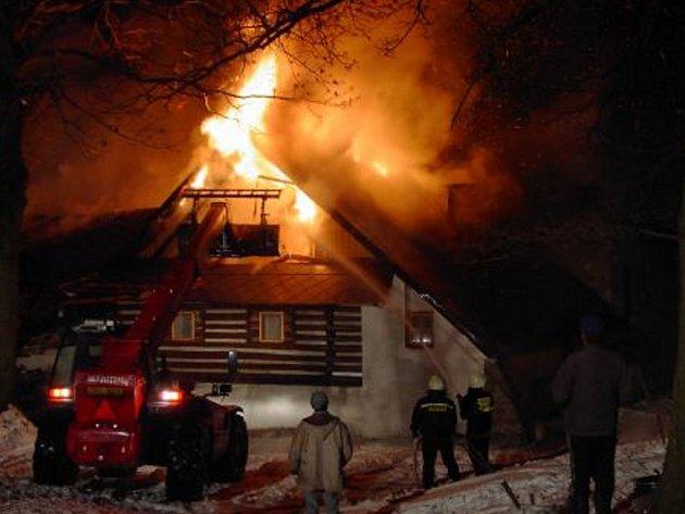 OHEŇ  zničil  vloni také usedlost  v Oldříši  u Poličky.  Na místě zasahovalo několik hasičských jednotek.