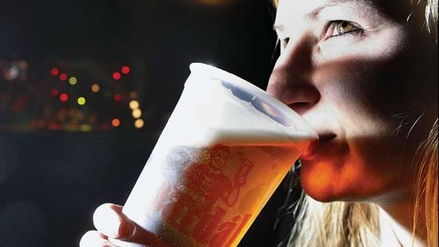 Piva v Česku se větší část, něco přes polovinu, vypije v restauracích a hospodách.