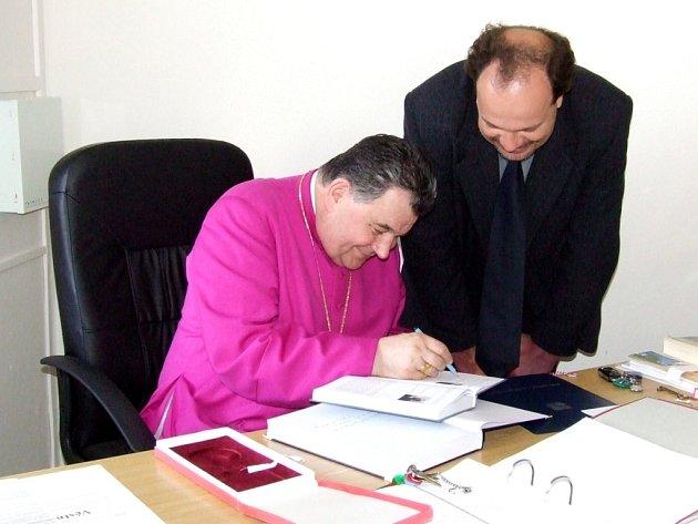 Biskup Dominik Duku vysvětlil prapor a znak Banína. Poté se podepsal do obecní kroniky.