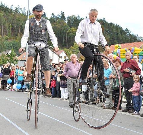 Biskupické kaléšek 2012 - festival dobré pálenky. Kněmu patří už jedenáct let závod historických velocipedů.